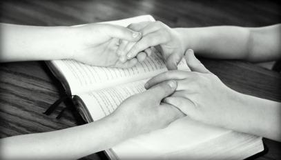 holding-hands-752878_640.jpg